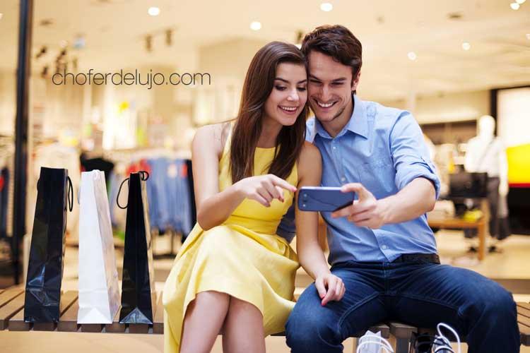 Shopping-por-Madrid-chofer-de-lujo-pareja-tienda